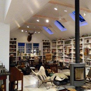 フィラデルフィアの小さいトランジショナルスタイルのおしゃれなホームオフィス・書斎 (ライブラリー、吊り下げ式暖炉) の写真