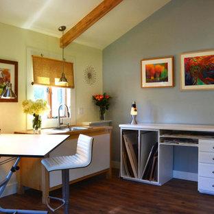 広い北欧スタイルのおしゃれなアトリエ・スタジオ (白い壁、ラミネートの床、自立型机、茶色い床) の写真