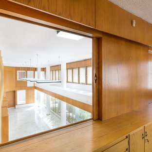 Esempio di un grande studio moderno con pareti bianche e pavimento con piastrelle in ceramica