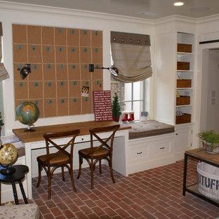 アトランタのトラディショナルスタイルのおしゃれなホームオフィス・仕事部屋 (レンガの床) の写真