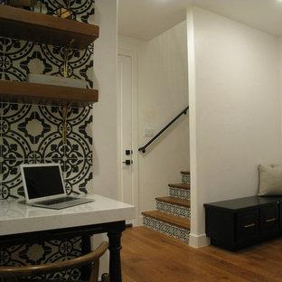 Immagine di un piccolo atelier tradizionale con pareti multicolore, parquet chiaro, camino classico, cornice del camino in cemento, scrivania incassata e pavimento beige