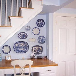 Idee per un piccolo studio classico con pareti blu, scrivania autoportante, pavimento in terracotta, nessun camino e pavimento marrone