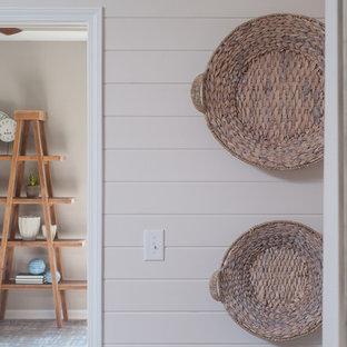 Idee per un atelier costiero di medie dimensioni con pareti grigie, pavimento con piastrelle in ceramica, scrivania autoportante e pavimento marrone
