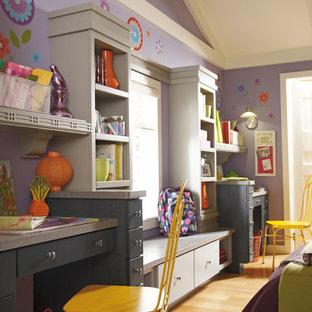 Idéer för ett mellanstort eklektiskt hemmabibliotek, med lila väggar, ljust trägolv och ett inbyggt skrivbord