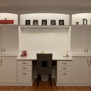 他の地域の大きいトラディショナルスタイルのおしゃれなホームオフィス・仕事部屋 (ラミネートの床、造り付け机) の写真