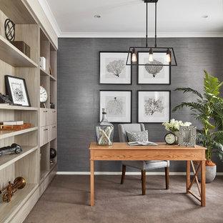 他の地域のビーチスタイルのおしゃれな書斎 (ベージュの壁、カーペット敷き、自立型机、ベージュの床) の写真