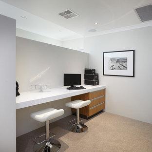 Inspiration för ett funkis arbetsrum, med vita väggar, heltäckningsmatta och ett inbyggt skrivbord