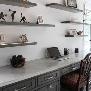 Foto di un grande ufficio contemporaneo con pareti bianche, pavimento in travertino, scrivania incassata e nessun camino