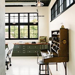 Foto di uno studio industriale con pareti bianche, pavimento in legno verniciato, scrivania autoportante e pavimento bianco