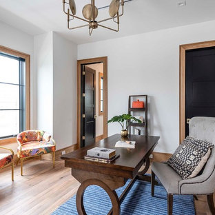 Imagen de sala de manualidades tradicional renovada con paredes blancas, suelo de ladrillo y escritorio independiente