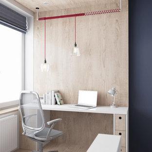 Idées déco pour un petit bureau scandinave avec un mur beige, un sol en bois clair et un bureau intégré.