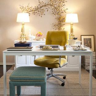 Aménagement d'un bureau romantique avec un mur beige et un bureau indépendant.