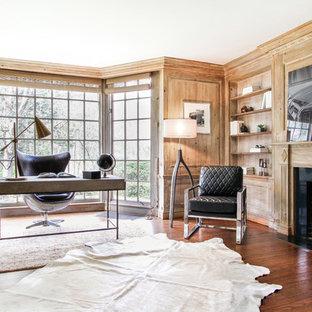 Ispirazione per uno studio tradizionale con pareti marroni, parquet scuro, camino classico, scrivania autoportante e pavimento marrone