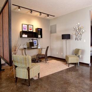ウィチタの中サイズのエクレクティックスタイルのおしゃれな書斎 (グレーの壁、コンクリートの床、暖炉なし、茶色い床) の写真