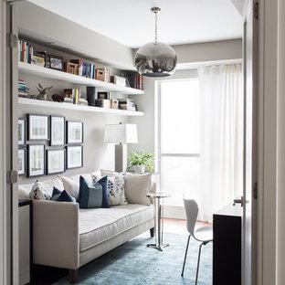 Idee per un piccolo ufficio design con pareti bianche, parquet scuro, nessun camino, scrivania incassata e pavimento marrone