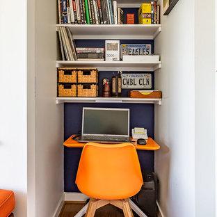 リッチモンドの小さいトランジショナルスタイルのおしゃれな書斎 (白い壁、竹フローリング、自立型机、茶色い床) の写真