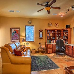 Idee per un grande studio american style con pareti gialle, pavimento in ardesia, scrivania incassata e pavimento multicolore