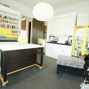 ソルトレイクシティの中サイズのコンテンポラリースタイルのおしゃれなクラフトルーム (白い壁、セラミックタイルの床、暖炉なし、自立型机) の写真