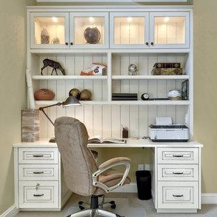 チャールストンの中サイズのトラディショナルスタイルのおしゃれなホームオフィス・書斎 (緑の壁、カーペット敷き、造り付け机、暖炉なし、ベージュの床) の写真
