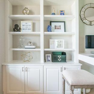 Ispirazione per un ufficio chic di medie dimensioni con pareti bianche, moquette, scrivania autoportante e pavimento beige