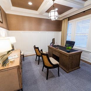 ジャクソンビルの大きいカントリー風おしゃれな書斎 (茶色い壁、無垢フローリング、自立型机、茶色い床) の写真