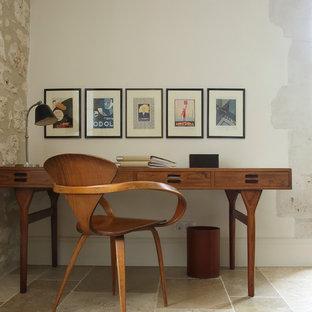 Exemple d'un bureau rétro avec un mur blanc et un bureau indépendant.