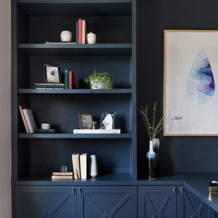 Ispirazione per una stanza da lavoro tradizionale di medie dimensioni con pareti multicolore, parquet scuro, nessun camino, scrivania autoportante e pavimento grigio
