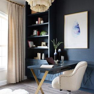 オースティンの中サイズのトランジショナルスタイルのおしゃれなクラフトルーム (マルチカラーの壁、濃色無垢フローリング、暖炉なし、自立型机、グレーの床) の写真