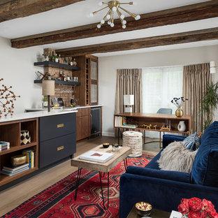 Mittelgroßes Retro Arbeitszimmer ohne Kamin mit Arbeitsplatz, beiger Wandfarbe, braunem Holzboden, freistehendem Schreibtisch und braunem Boden in Chicago