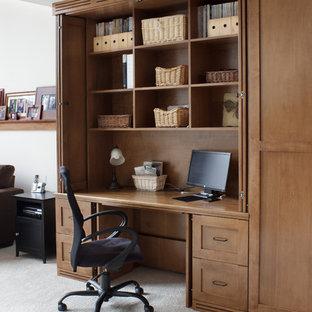 Modelo de despacho de estilo americano, grande, con paredes beige, moqueta y escritorio empotrado