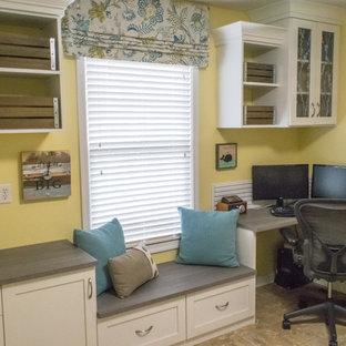 インディアナポリスの中くらいのトランジショナルスタイルのおしゃれなホームオフィス・書斎 (黄色い壁、リノリウムの床、造り付け机、茶色い床) の写真