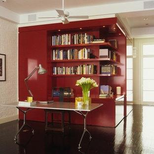 Aménagement d'un très grand bureau moderne avec un mur blanc, un sol en bois foncé et un bureau indépendant.