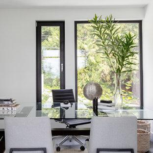 Immagine di un ufficio minimalista di medie dimensioni con pareti bianche, scrivania autoportante, pavimento grigio e pavimento con piastrelle in ceramica
