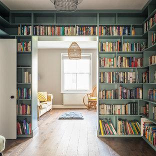 ロンドンの中サイズのエクレクティックスタイルのおしゃれなホームオフィス・書斎 (ライブラリー、緑の壁、濃色無垢フローリング、茶色い床) の写真