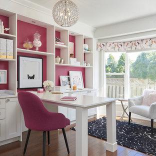 Esempio di una stanza da lavoro chic con pareti rosa, pavimento in legno massello medio, nessun camino, scrivania incassata e pavimento marrone