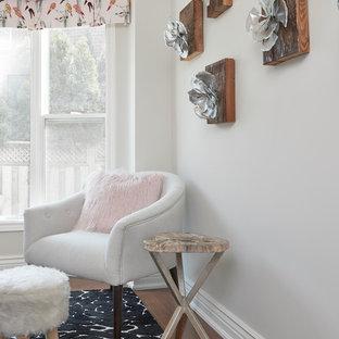 Idées déco pour un bureau atelier contemporain avec un mur rose, un sol en bois brun, aucune cheminée, un bureau intégré et un sol marron.