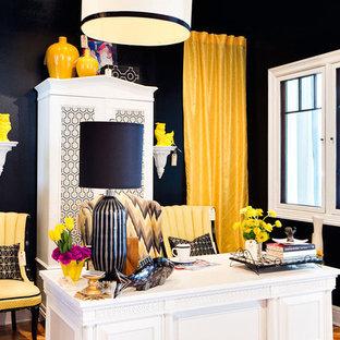Idee per uno studio minimal con pareti nere, pavimento in legno massello medio e scrivania autoportante