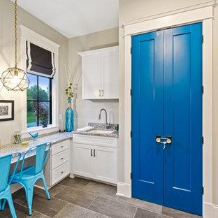 シンシナティの中くらいのトランジショナルスタイルのおしゃれな書斎 (青い壁、クッションフロア、造り付け机、グレーの床) の写真