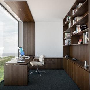 Diseño de despacho minimalista, de tamaño medio, con paredes blancas, moqueta y escritorio empotrado