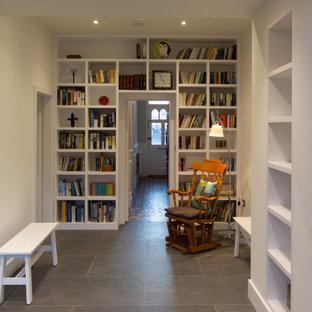 Idée de décoration pour un bureau design de taille moyenne avec un mur blanc, un sol en carreau de terre cuite, aucune cheminée et un sol multicolore.