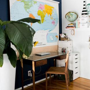 ロサンゼルスの中サイズのエクレクティックスタイルのおしゃれな書斎 (青い壁、無垢フローリング、暖炉なし、自立型机) の写真