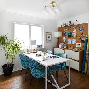 Inspiration för ett mellanstort eklektiskt hemmastudio, med vita väggar, mellanmörkt trägolv, ett fristående skrivbord och brunt golv