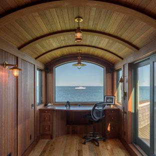 ボストンの小さいビーチスタイルのおしゃれな書斎 (茶色い壁、無垢フローリング、造り付け机、茶色い床、暖炉なし) の写真