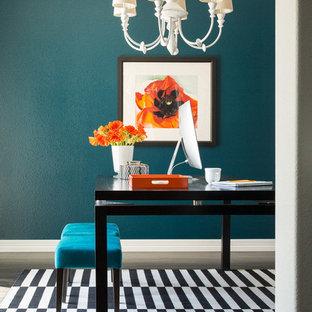 デンバーの小さいエクレクティックスタイルのおしゃれな書斎 (青い壁、濃色無垢フローリング、自立型机) の写真