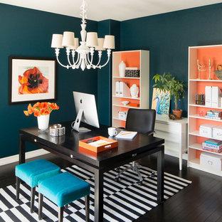 На фото: маленькое рабочее место в стиле современная классика с синими стенами, темным паркетным полом и отдельно стоящим рабочим столом без камина с