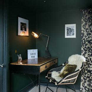 ロンドンの中サイズのコンテンポラリースタイルのおしゃれな書斎 (緑の壁、淡色無垢フローリング、自立型机) の写真