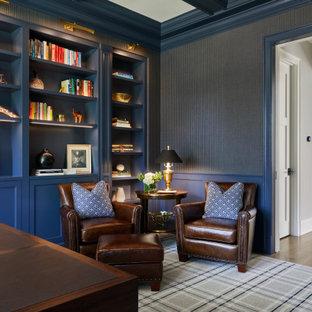 На фото: кабинет в стиле современная классика с синими стенами, светлым паркетным полом, отдельно стоящим рабочим столом, кессонным потолком и обоями на стенах