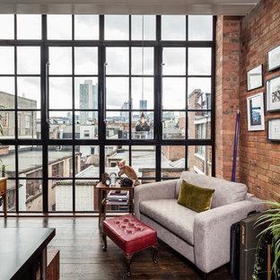 Foto di uno studio contemporaneo con pareti rosse e pavimento in legno massello medio