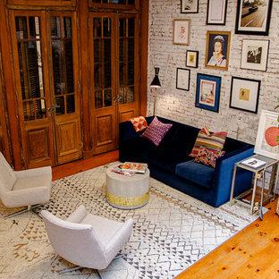 ニューヨークの大きいエクレクティックスタイルのおしゃれな書斎 (白い壁、無垢フローリング、自立型机、茶色い床) の写真