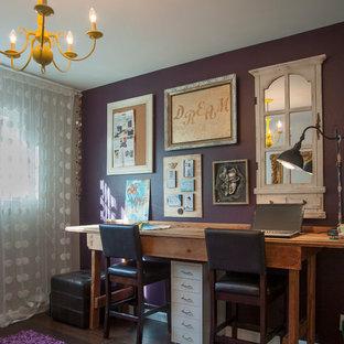 Cette image montre un bureau bohème de taille moyenne et de type studio avec un mur violet, un sol en bois foncé et un bureau indépendant.